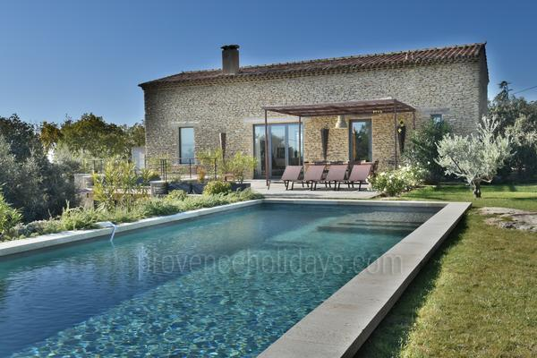 Contemporary Holiday Rental with Air Con near Fontaine-de-Vaucluse