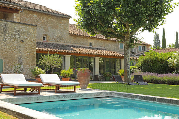 Luxury Home with Heated Pool and Air Con a stones throw from Eygalières