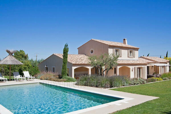 Pet-friendly Property with Heated Pool and Air Con close to Eygalières