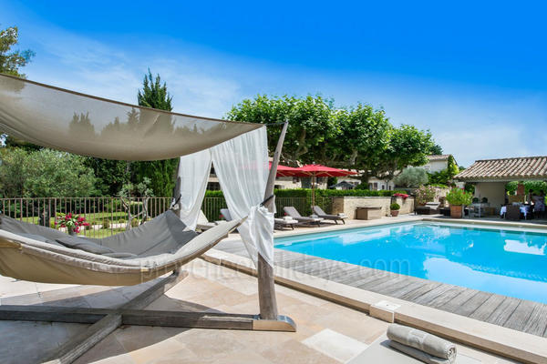 Spacious Luxury Home with Heated Pool and Air Conditioning very close to Saint-Rémy-de-Provence