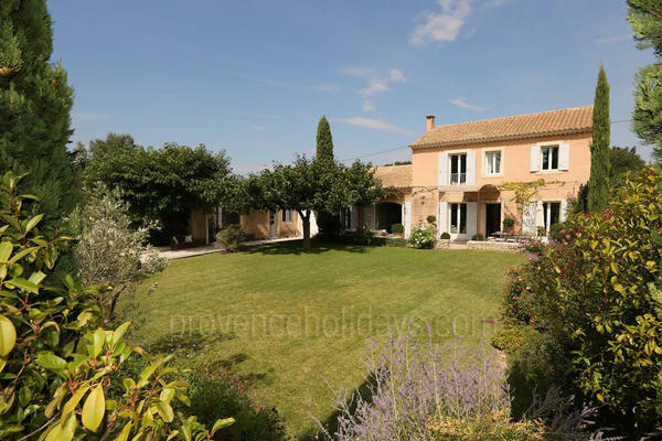 Large Villa with Heated Pool and Air Con in Isle-sur-la-Sorgue