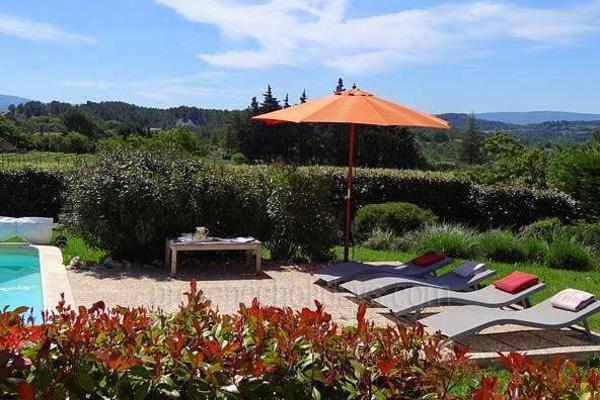 Pet-friendly Charming Holiday Rental House with Heated Pool near Roussillon