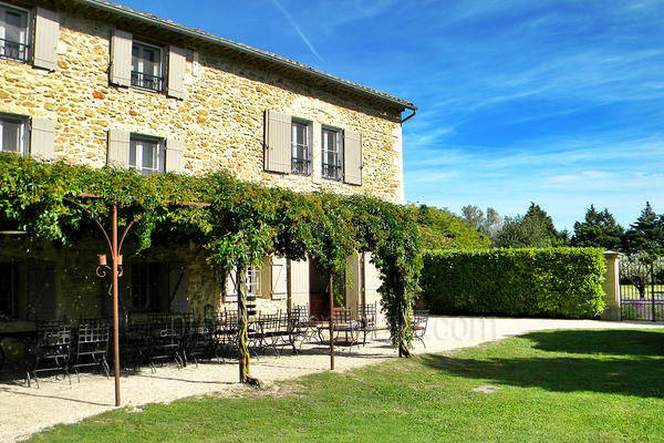 Pet-friendly Bastide with Heated Pool and Air Conditioning in Entraigues-sur-la-Sorgue