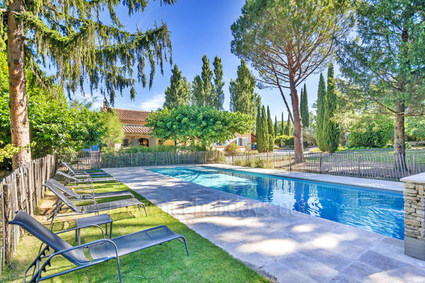 Large Holiday Rental with Heated Pool near Fontaine-de-Vaucluse