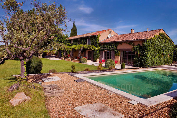Traditional Holiday Rental House with Heated Pool near Vacqueyras
