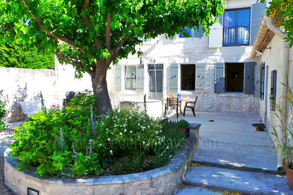 Beautiful Holiday Rental Village House in the heart of Maussane-les-Alpilles