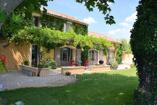 Provençal Holiday Rental House with Heated Pool near Gigondas