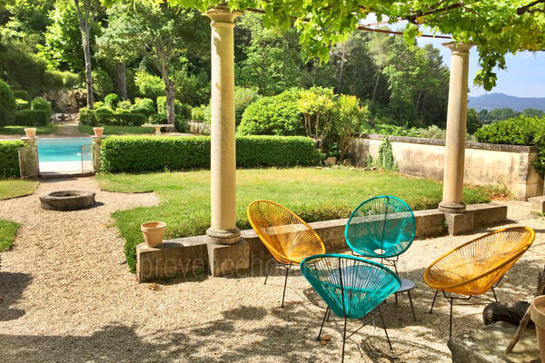 Pet-friendly Stunning Villa to rent within walking distance to Lourmarin
