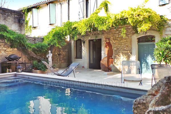 Pet-friendly Beautiful Village House with Heated Pool and Air Conditioning in Maussane-les-Alpilles