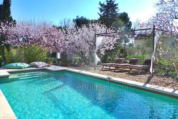 Gîte with Heated Pool and Air Conditioning very close to Maussane-les-Alpilles