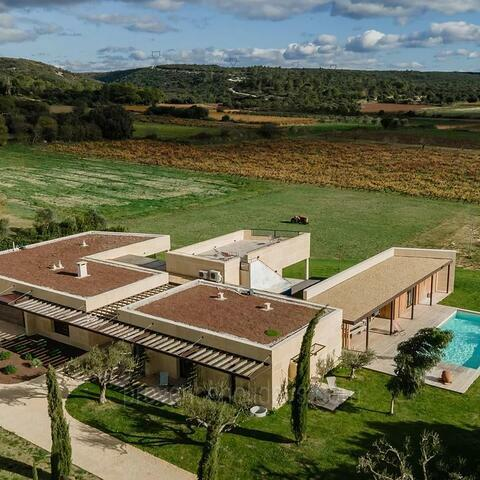 Ref: ARG-012 - Built on the plans of a Roman villa, this beautiful contemporary holiday rental sleeps up to 12 guests. With air conditioning throughout, a private heated pool and unobstructed views of the vineyards.