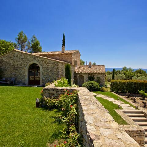 Ref: GOR-090 - In the hills of Gordes, this 2-hectare estate can accommodate 11 people in its luxury main house, pool house and nearby guest house. With a 15m heated infinity pool and air conditioning throughout.