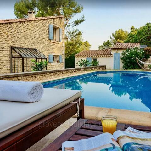 Ref: SRP-245 - Beautiful holiday home with guest house sleeps up to 8 people in Saint-Rémy-de-Provence. With air conditioning, luxury outdoor dining and a private pool, this lovely rental is within walking distance to the village.