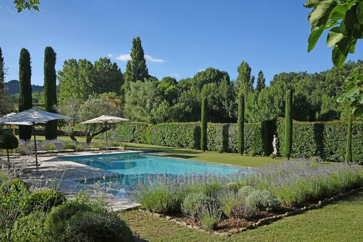 Superb Farmhouse with Private Tennis Court near Bonnieux