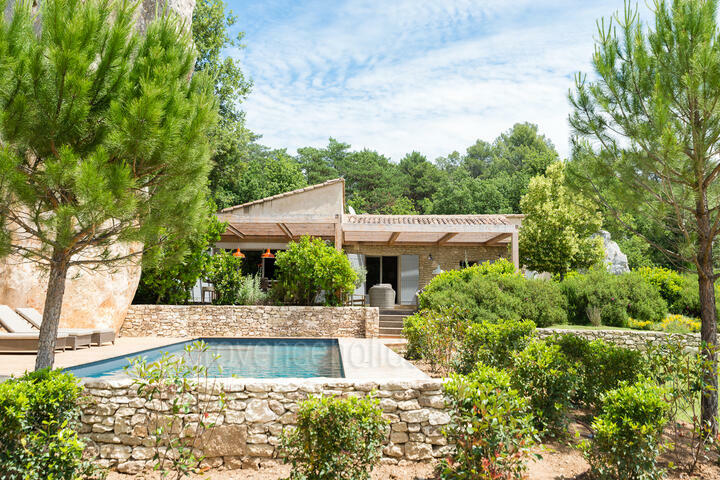 Peaceful holiday home with hot tub in Bonnieux