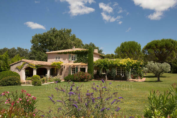 Holiday Rental with Heated Pool and Air Con in Eygalières