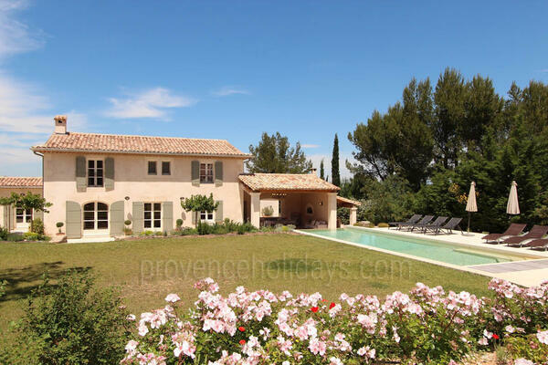 Provençal House with Heated Pool a stones throw from Eygalières