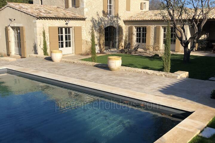 Tastefully Decorated Villa in Eygalières
