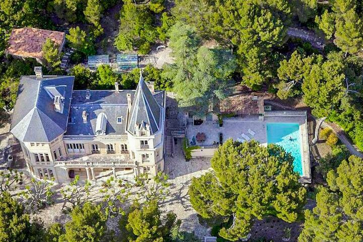 Luxury Château for 12 guests in Provence