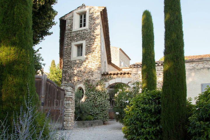 Beautiful Hamlet sleeps up to 17 guests in Gordes