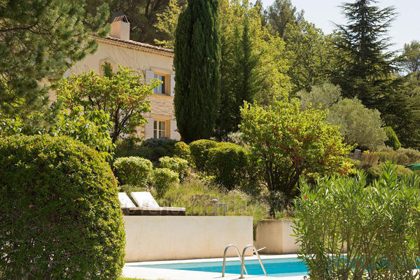 Pet-friendly Beautiful Villa with Heated Pool and Air Conditioning a stones throw from Lourmarin