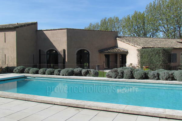 Amazing Contemporary Villa with Heated Pool and Air Conditioning a stones throw from Maussane-les-Alpilles