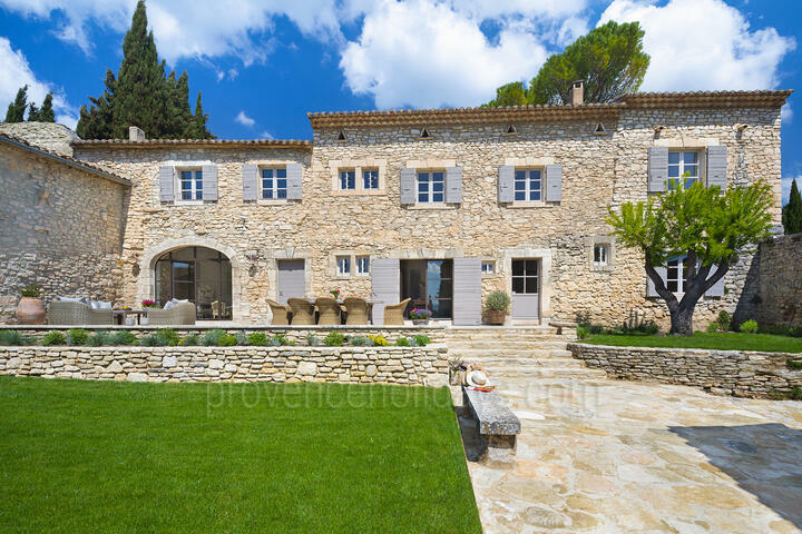 Recently Restored Farmhouse with Heated Pool in the Luberon