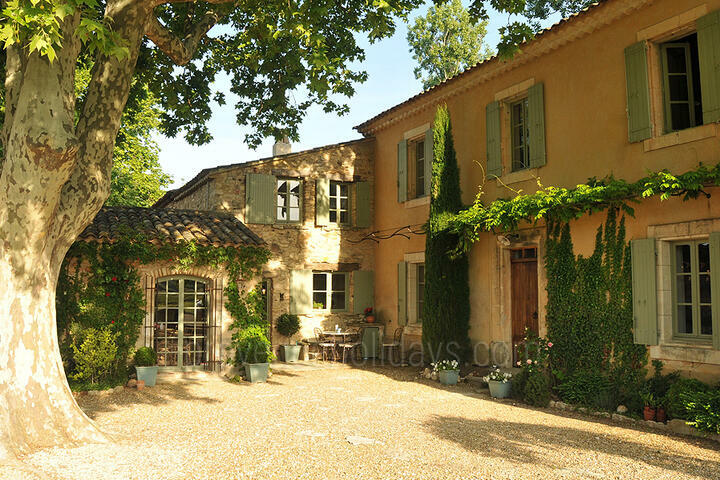 Outstanding Holiday Home with Pool House in Bonnieux