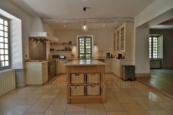 Spacious Holiday Rental Bastide with Heated Pool in the Luberon