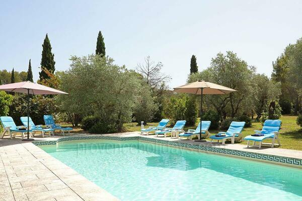 Pet-friendly Stunning Villa with Heated Pool and Air Conditioning a stones throw from Saint-Rémy-de-Provence