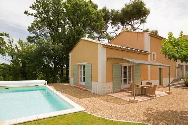 Property with Air Conditioning within walking distance to Saint-Rémy-de-Provence