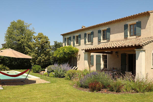 Provençal Bastide with Air Conditioning a stones throw from Saint-Rémy-de-Provence