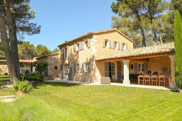 Spacious Luxury Home with Heated Pool and Air Conditioning a stones throw from Saint-Rémy-de-Provence