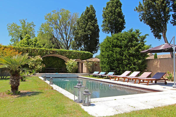 Pet-friendly Property with Heated Pool and Air Conditioning a stones throw from Saint-Rémy-de-Provence