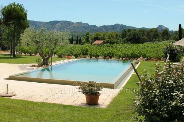 Pet-friendly Luxury House with Heated Pool and Air Conditioning a stones throw from Saint-Rémy-de-Provence