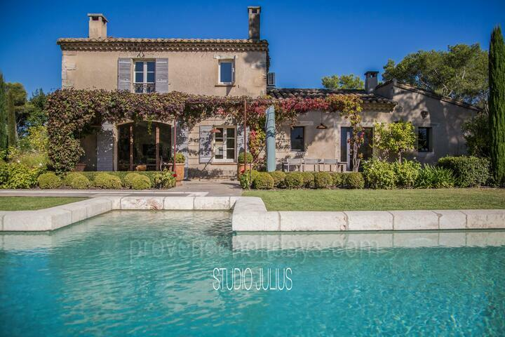 Spacious Holiday Home Saint-Rémy-de-Provence