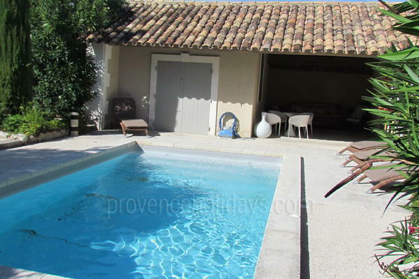 Property with Air Conditioning a stones throw from Saint-Rémy-de-Provence