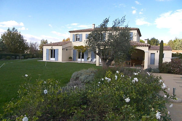 Pet-friendly Mansion with Air Conditioning a stones throw from Saint-Rémy-de-Provence
