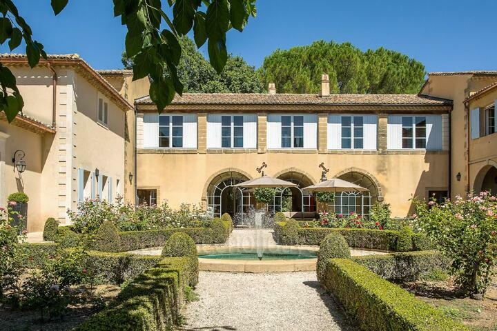 Charming Estate sleeps up to 20 people in Uzès