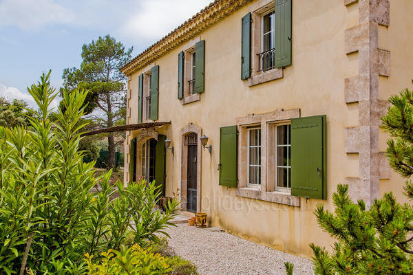 Pet-friendly House with Air Conditioning a stones throw from Eygalières